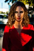 Модный фотопортрет девушки-модели в красном платье с макияжем «смоки айс» (smoky eyes)