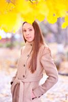 Осенний фотопортрет девушки у дерева с желтой листвой