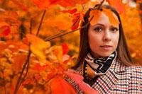 Яркий осенний фотопортрет девушки на фоне красных листьев, горизонтальное портретное фото