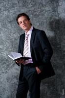 Деловой бизнес портрет мужчины в костюме, с книгой в руке