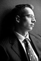 Черно-белое фото делового мужчины в очках, смотрящего в сторону