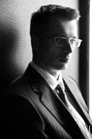 Мужской деловой фотопортрет в очках, теневой полуоборот