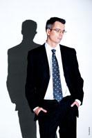 Мужской поясной бизнес портрет на белом фоне с жестким светом (и тень на фоне), как в бизнес клипартах