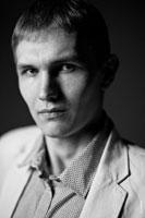 Черно-белый мужской фотопортрет с избирательной резкостью