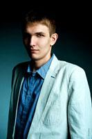 Модный мужской фото портрет с жестким светом