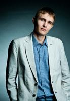 Деловое фото мужчины для резюме в белом пиджаке. Поясной план