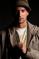 Полутеневой студийный фотопортрет мужчины в анфас на черном фоне с жестким светом