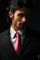 Модный мужской фотопортрет в костюме и галстуке для рекламы