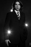 Максим Данилов. Мужской фотопортрет телеведущего в контровых лучах света