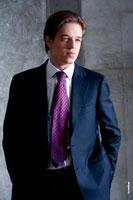Модный студийный фотопортрет мужчины-модели в костюме и галстуке