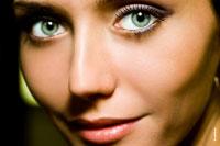 Крупный портретный план лица девушки: в кадре большие глаза и улыбка