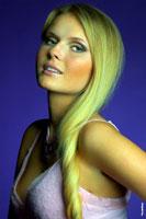 Фотопортрет девушки-блондинки на фиолетовом фоне