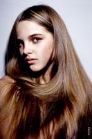 Красивый модельный фотопортрет девочки с длинными волосами