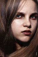 Фотопортрет лица девочки-модели во фрейме волос, крупный план