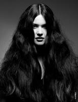 Фото портрет девушки-брюнетки с длинными волосами, закрывающими лицо