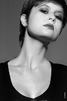 Фотопортрет девушки с короткой прической, крупный план лица