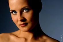Студийный горизонтальный фотопортрет девушки-модели: в кадре только лицо и плечи