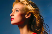 Горизонтальный фото портрет красивой девушки-модели в студии для портфолио