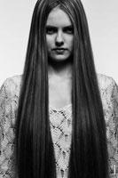 Фото портрет девушки с очень длинными волосами в готическом стиле