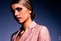 Модный горизонтальный фотопортрет девушки в темной тональности с макияжем «Черный глаз»
