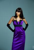 Фотопортрет девушки в фиолетовом платье в студии