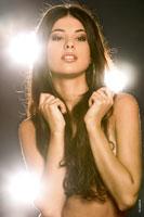 Модный фотопортрет красивой девушки-модели в студии в контровых лучах света