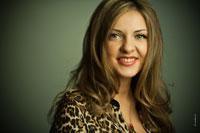 Горизонтальный фотопортрет девушки с улыбкой в студии, с избирательной резкостью на глазах