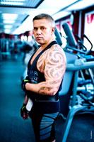 Фотосессия тренировки мужчины в тренажерном зале