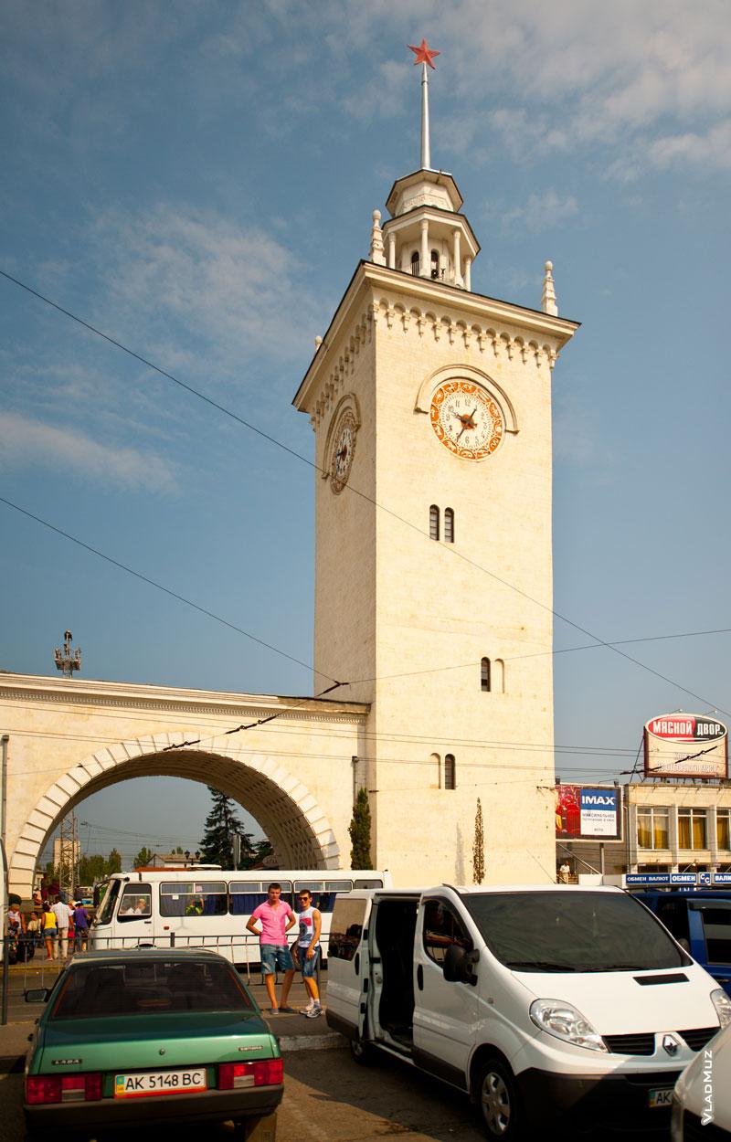 Эта башня со шпилем на железнодорожном вокзале в Симферополе — один из символов города