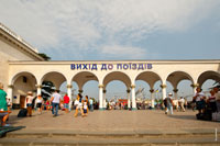 Эти арки в здании вокзала ведут к поездам