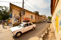 Здесь можно увидеть фотографии обычных улочек Симферополя недалеко от железнодорожного вокзала
