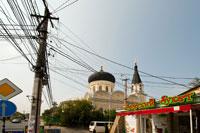 Фото паутины проводов на столбе и на фоне куполов Кафедрального Петропавловского собора