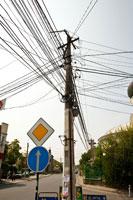 Паутина проводов украшает все столбы на улицах Симферополя