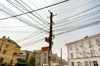 Линии проводов на улицах Симферополя — характерная черта этого города