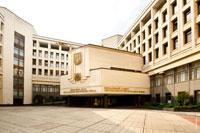 Фото входа в здание Верховного совета Автономной республики Крым. На входе есть вывеска «Верховная Рада Автономной Республики Крым»