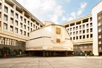 С этой стороны на здании парламента Крыма в Симферополе видна занятная вывеска по-татарски на кириллице: «Къырым Мухтар Джумхуриетининъ Юкъары Радасы»