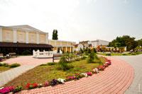 Рядом с зданием Верховного совета Автономной республики Крым располагается приятная зона отдыха, вымощенная камнем, с лавочками и цветочными клумбами