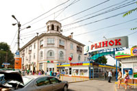 3-х этажное здание и вывеска рынка вблизи железнодорожного вокзала города Симферополя