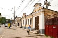 Фото старинного 1-этажного дома с 2-мя фронтонами на улице Карла Маркса (Екатерининской) в Симферополе