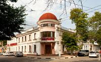 Старинный 2-х этажный дом розового цвета с куполом на улице Толстого в Симферополе