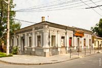 Старинный 1-этажный дом с пилястрами и окнами, увенчанных сверху барельефами (улица Толстого в Симферополе)