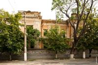 Фото фасадной стены разрушенного 2-х этажного старинного дома на улице Карла Маркса (Екатерининской) в Симферополе