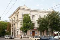 На фронтоне старинного дома стоят цифры 1906 (ул. Жуковского дом 3 в Симферополе)