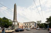 Долгоруковский шпиль или Долгоруковский обелиск на площади на пересечении улиц Жуковского и Долгоруковской (Карла Либкнехта)