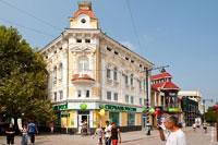 Старинный 3-х этажный дом с фронтоном на улице Карла Маркса (Екатерининской) в Симферополе