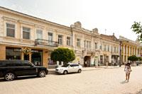 Еще один примечательный старинный 2-х этажный дом с двумя фронтонами на улице Екатерининской в Симферополе