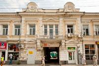 Архитектурные детали старинного дома на улице Екатерининской в Симферополе: окна обрамлены полуколоннами, на фронтонах — женские барельефы