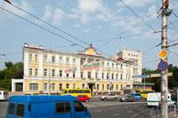 Старинный 3-х этажный дом №52 на пр. Кирова с датами 1897 и 1900 на фронтоне. До революции здесь располагалось губернское казначейство