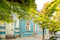 Фото старинного здания синего цвета на улице Ленина в Симферополе