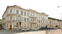 Фото 3-х этажного старинного здания на пересечении улиц Ленина и Пролетарской в Симферополе